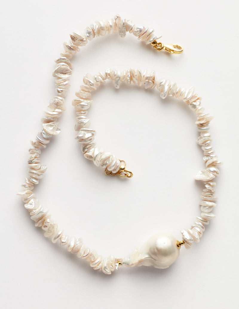 Keshi pearls necklace with one baroque pearl. Collar Collana.