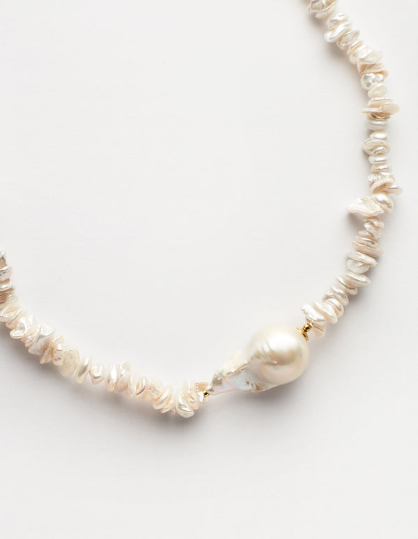 Keshi pearls necklace with one baroque pearl. Collar Collana. Details.