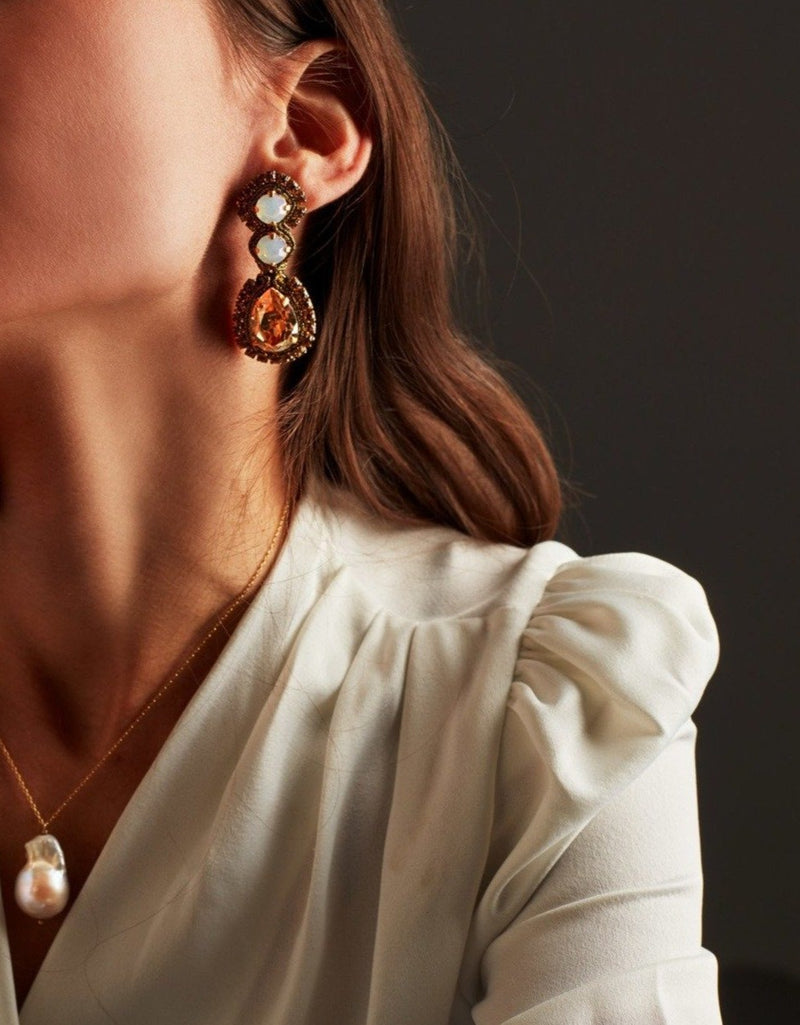 White opal and gold Swarovski crystal earrings. Pendientes. Orecchini. Ear. Look. Pearl necklace.