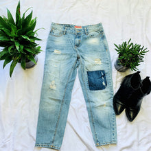 Load image into Gallery viewer, Distressed Jean with Patch