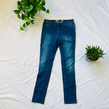 Load image into Gallery viewer, Skinny Medium Rise Jeans (M)