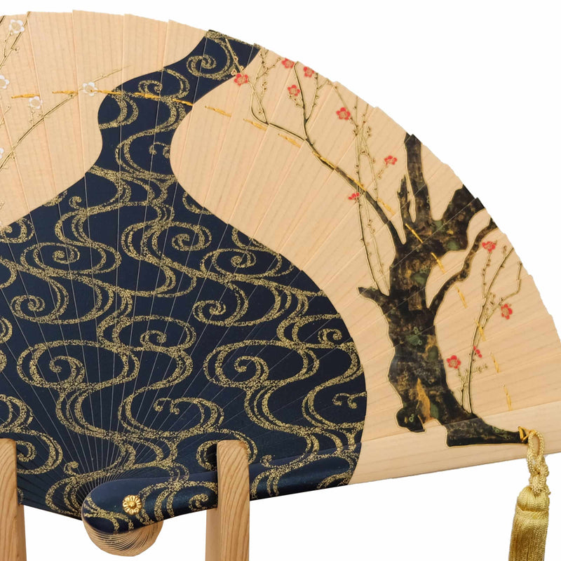"Hinoki fan ""figure of red-and-white plum"" Kourin Ogata wooden stand, paulownia treasuring"