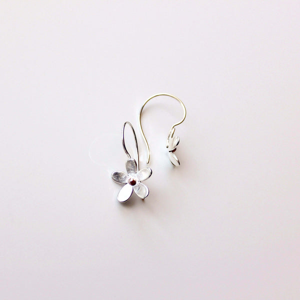 'daisy chain' single daisy earrings drop - medium