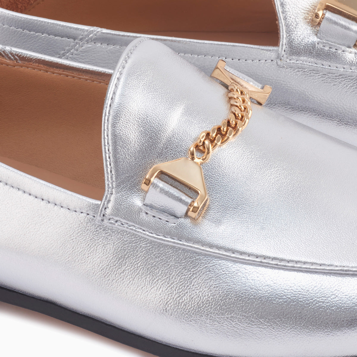 Hyusto Debbie Loafer Silver Glove Gold Detail of the accessories