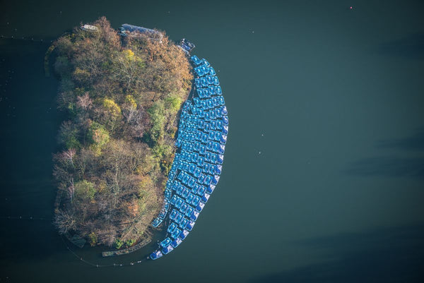 Aerial view of the pattern of rowing boats on the Serpentine, Hyde Park, London. 0612