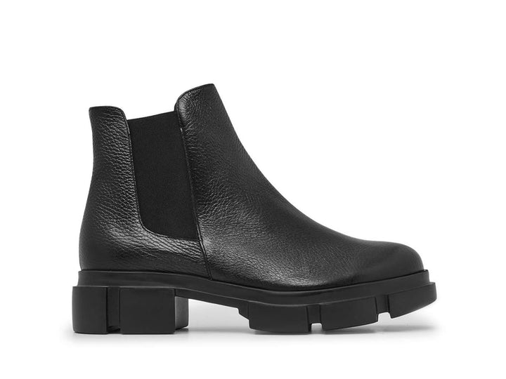 Leather ankle boot without laces