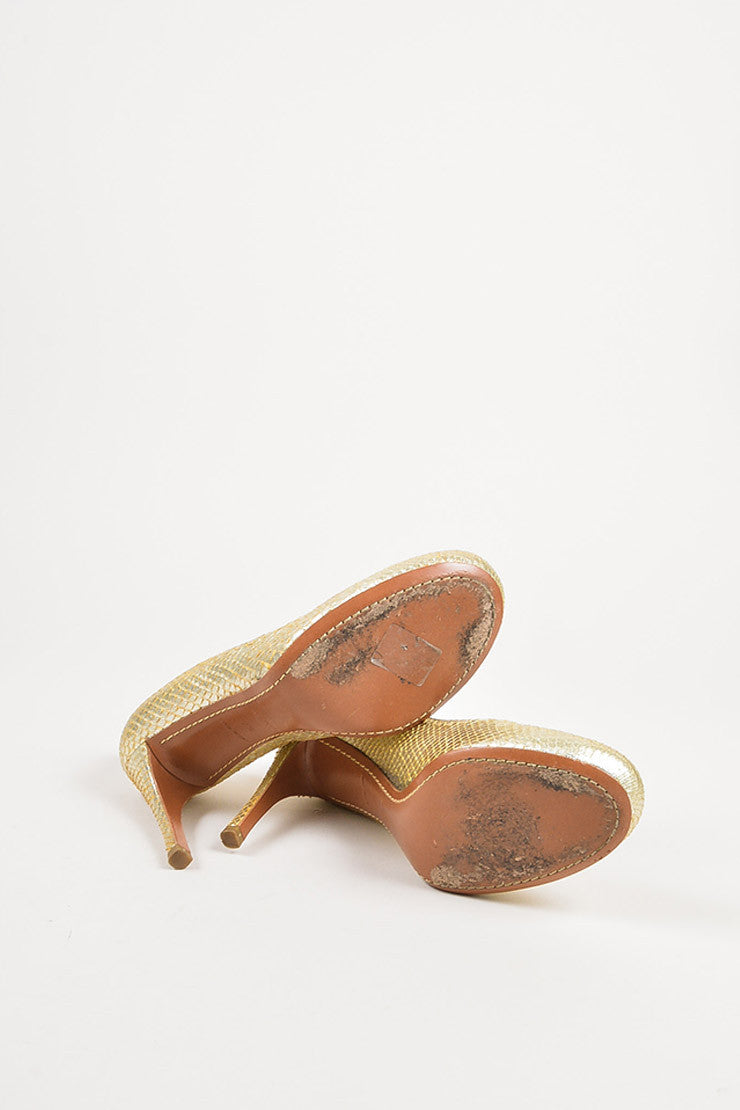 ¥éËAlaia Gold Metallic Snakeskin Top Stitch Round Toe Pumps Outsoles