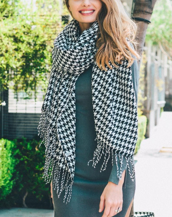 OVERSIZED HOUNDSTOOTH SCARF WITH TASSELS