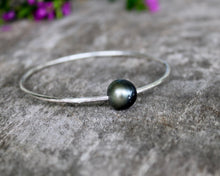 Load image into Gallery viewer, Sterling Silver Tahitian Pearl Bangle