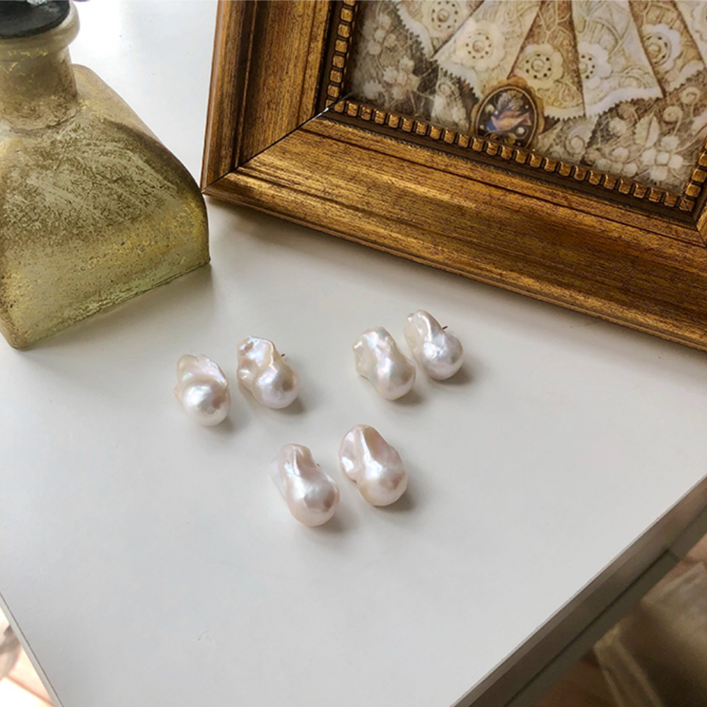Load image into Gallery viewer, Bella baroque pearl earrings