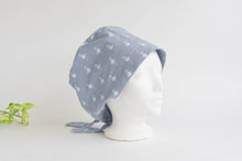 Charger l'image dans la galerie, Side view of Cloth scrub hat with White Flamingo pattern on light Grey ground
