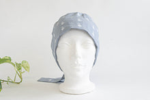 Charger l'image dans la galerie, Front view of Cloth scrub hat with White Flamingo pattern on light Grey ground