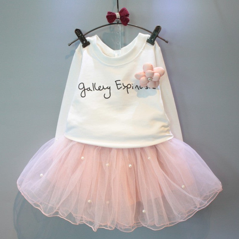 Lovely white T-shirt and a pink skirt for the girl is suitable for 2 to 6 years