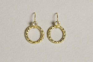 subtle looking drop earrings that are a perfect everyday earrings
