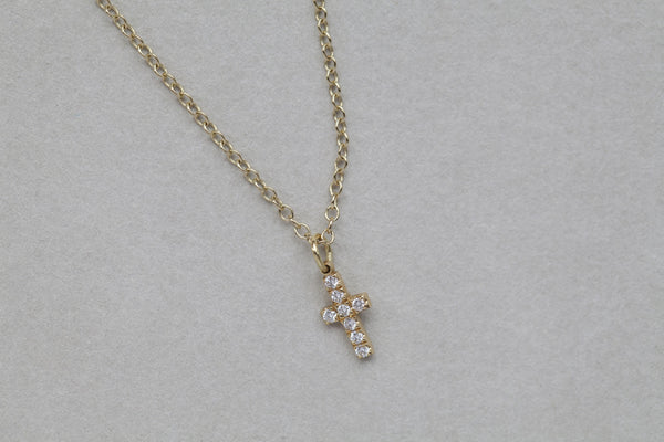 close up of the subtle pave diamond cross