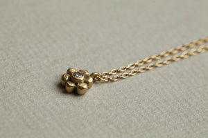 daisy necklace from up close
