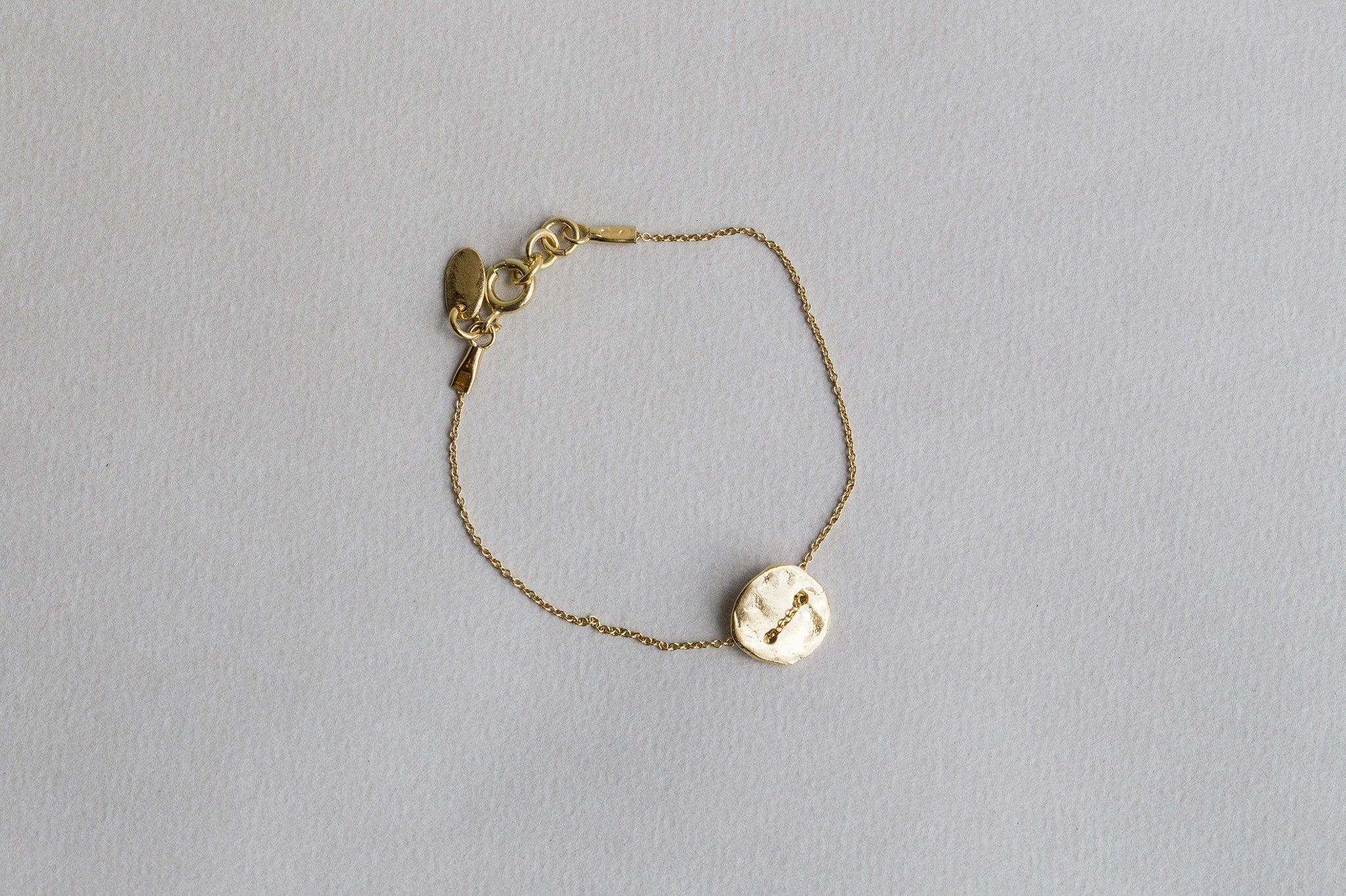 incredibly original yet simple hammered disc bracelet