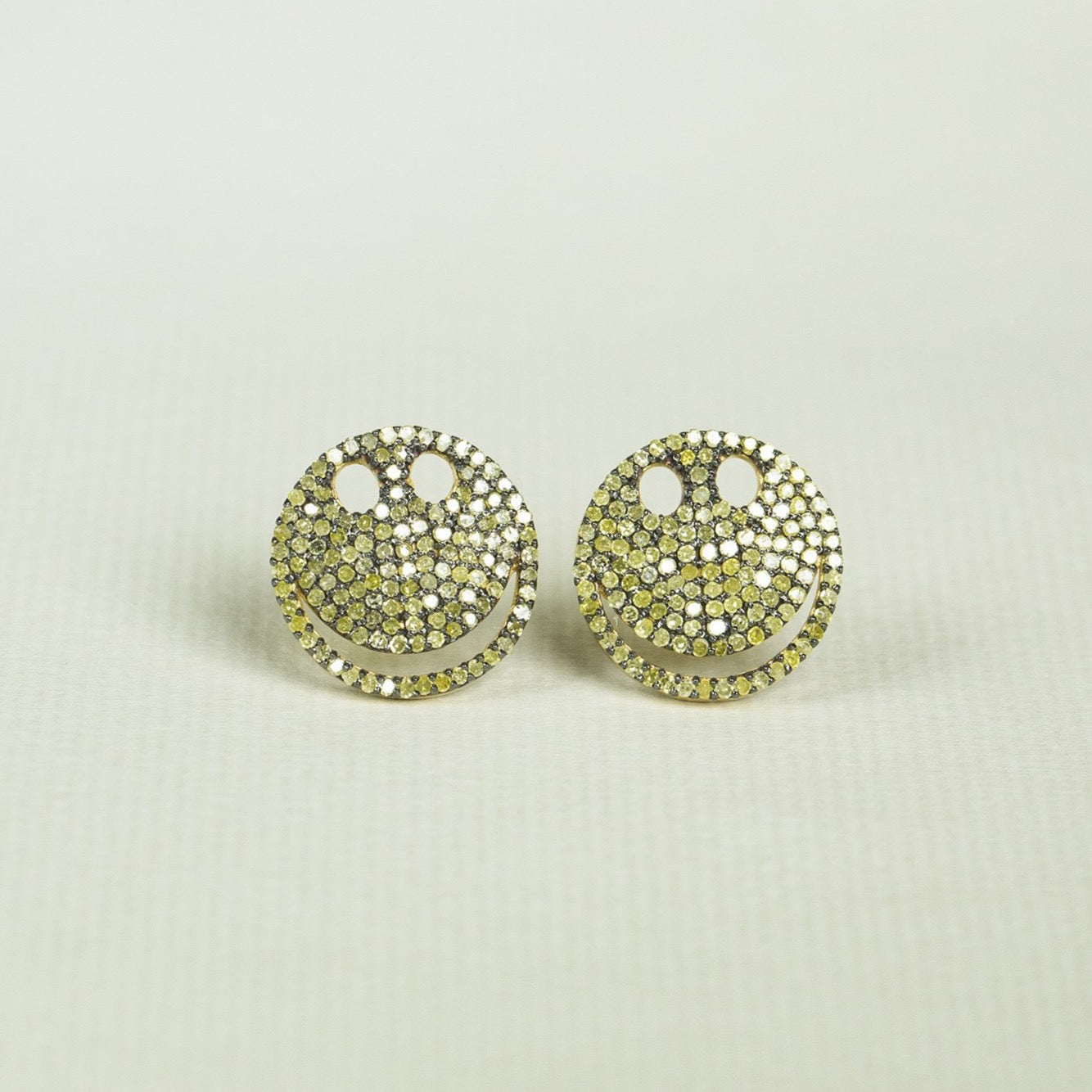 yellow diamonds in oxidised silver - a fantastic combination!