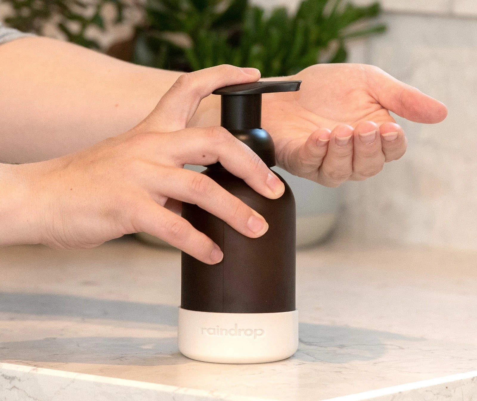 Cleaning your hands with the plastic free soap refill
