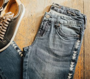 What to wear wednesday dear john holy jeans and sneakers