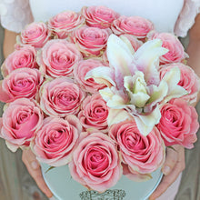 Load image into Gallery viewer, Classic Rose Round Box With Lily