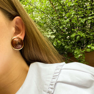 Imposing golden earrings and marbled chocolate cabochon from GIGI PARIS