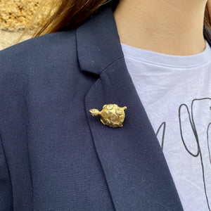 Golden turtle brooch with circles on the shell of Gigi Paris