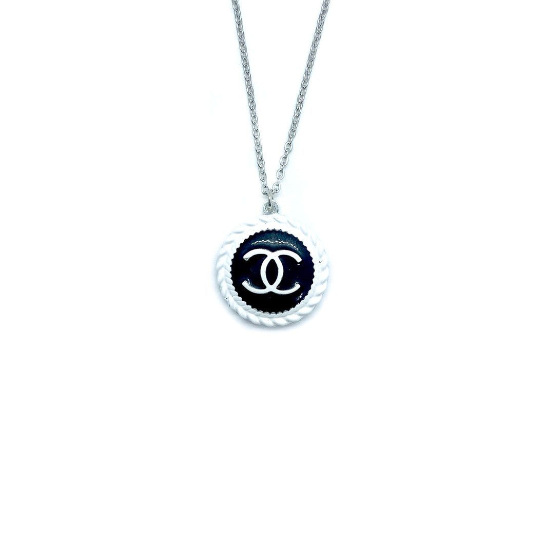 Pendentif upcyclé Chanel black and white