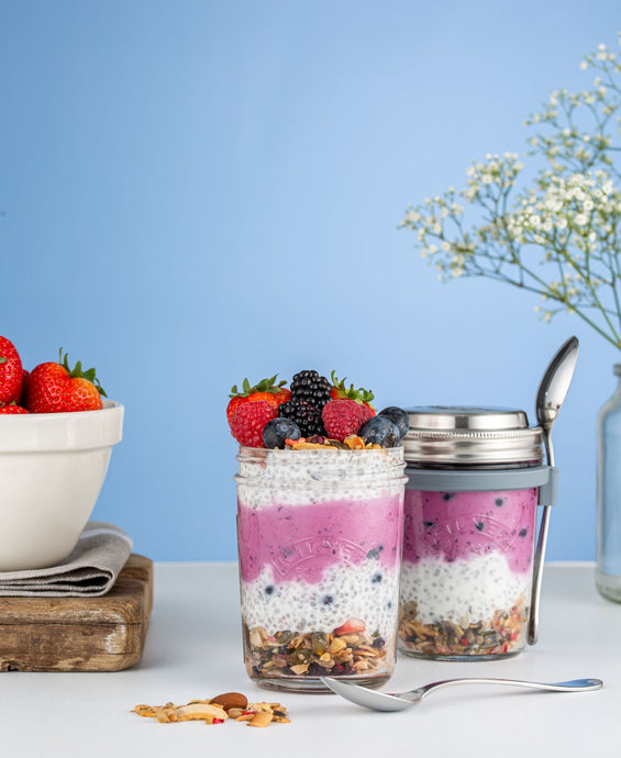 The Kilner® Breakfast Jar Set of 2 is a unique way to store and consume breakfast snacks like overnight oats and cereals whether at home or on the go
