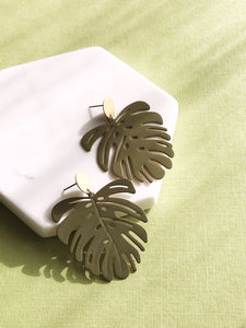 monstera earrings - olive - Zip & Mos