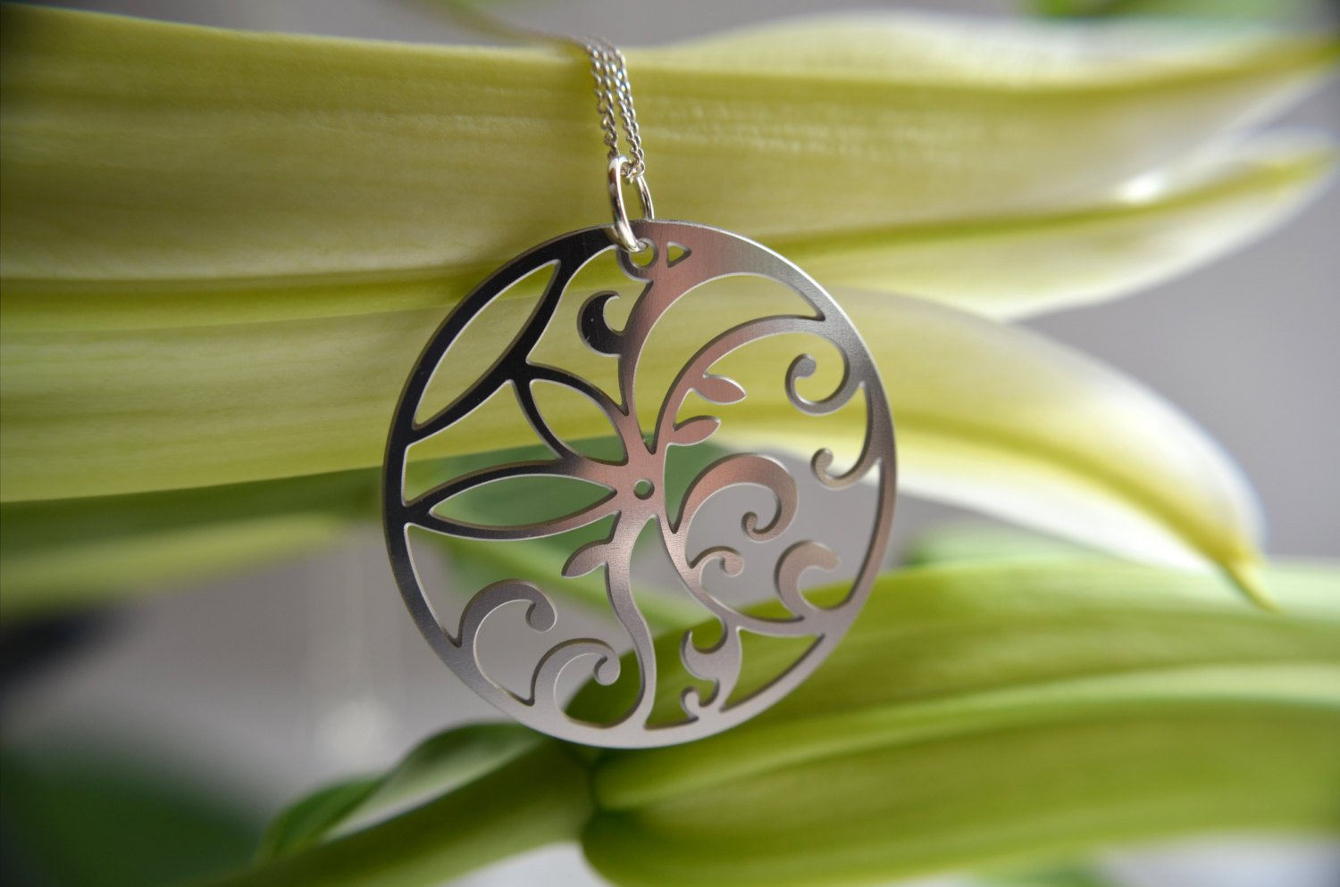 Floral Circle Pendant in stainless steel - Zip & Mos