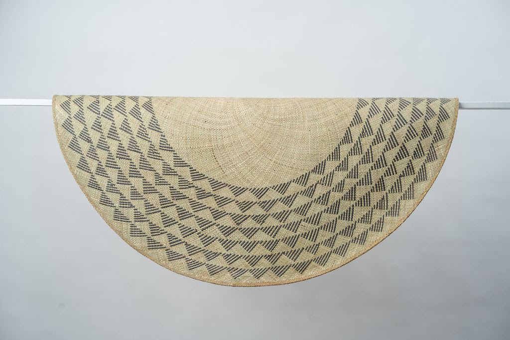 Triangle Mat | 4' Round | Natural Base | Black Triangles - Zip & Mos