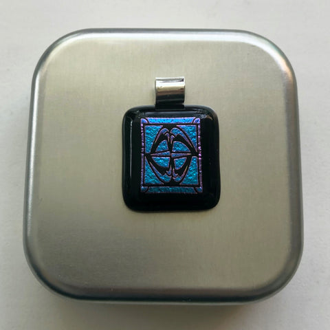 Pendant Square, unisex, inspired in the metallic colors.