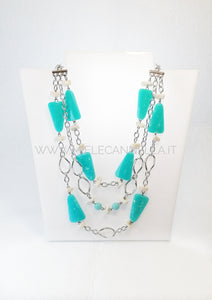 Collana leggerissima di  media lunghezza in metallo placcatura rodio ed elementi in resina turchese e piccoli elementi effetto sassolini in color sabbia. Un accessorio perfetto per completare un look estivo.  Nickel free - Made in Italy