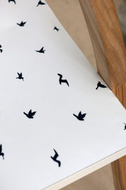 table basse en en bois avec les stickers de table birds zoom