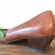 Load image into Gallery viewer, Vintage Distressed Brown Leather Shoes (Size 38)
