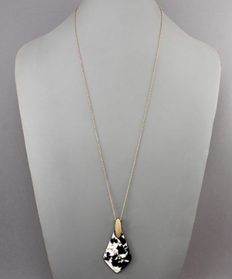 Acrylic Diamond Shape Necklace in Blk/Wht