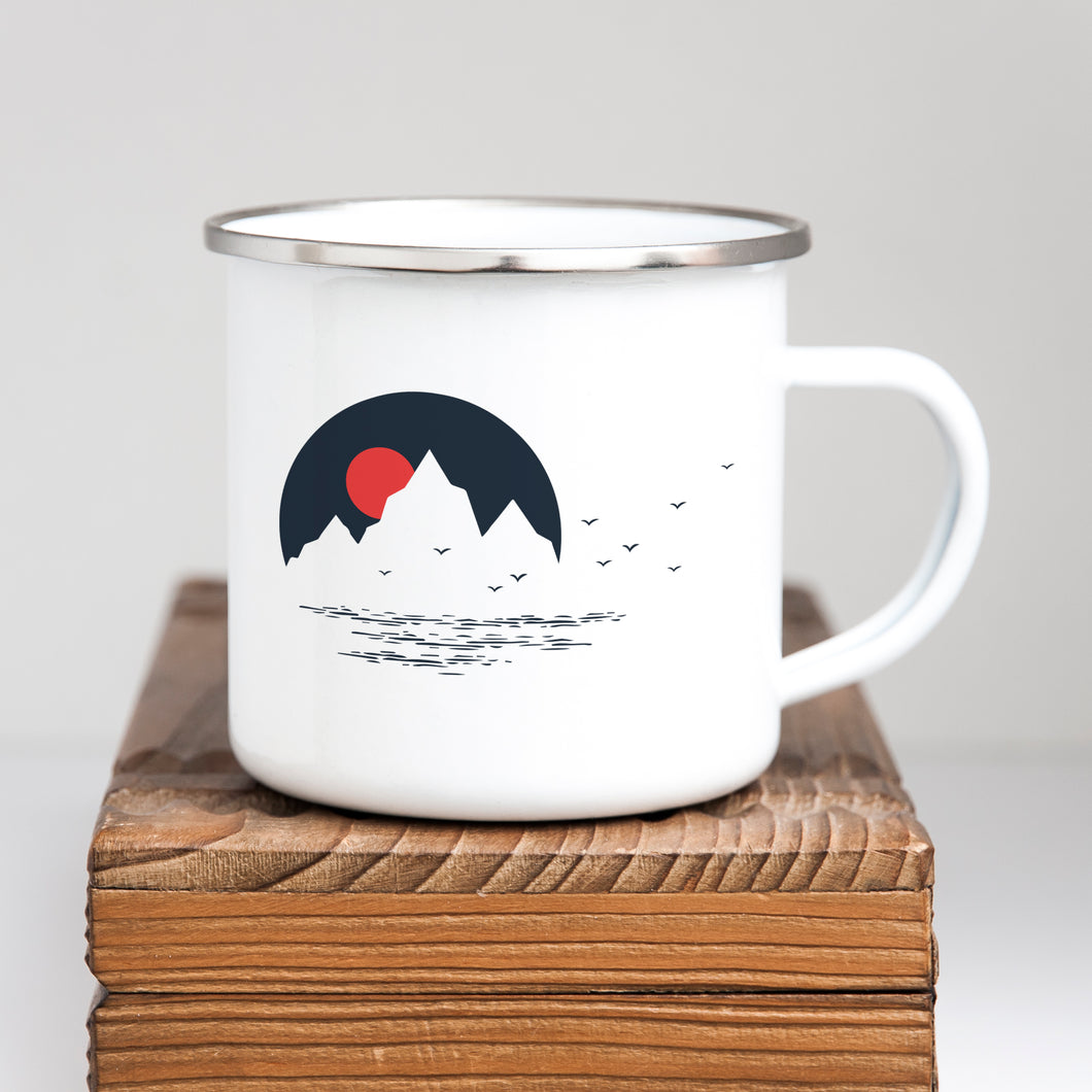 Mountains on the water - Enamel Mug - Sovende Bjorn