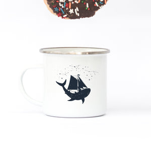 Sailing with the whales - Enamel Mug - Sovende Bjorn