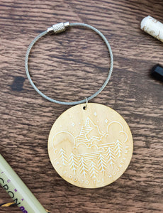 Let's Go To The Mountains Wooden Keyring - Sovende Bjorn