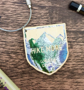 Hike More Worry Less Wooden Keyring - Sovende Bjorn
