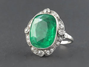 An Art Déco platinum diamond and Colombian emerald ring. 1930 c.a.