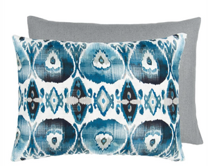 Indigo Ikat Pude fra Corinne & Crowley Collection