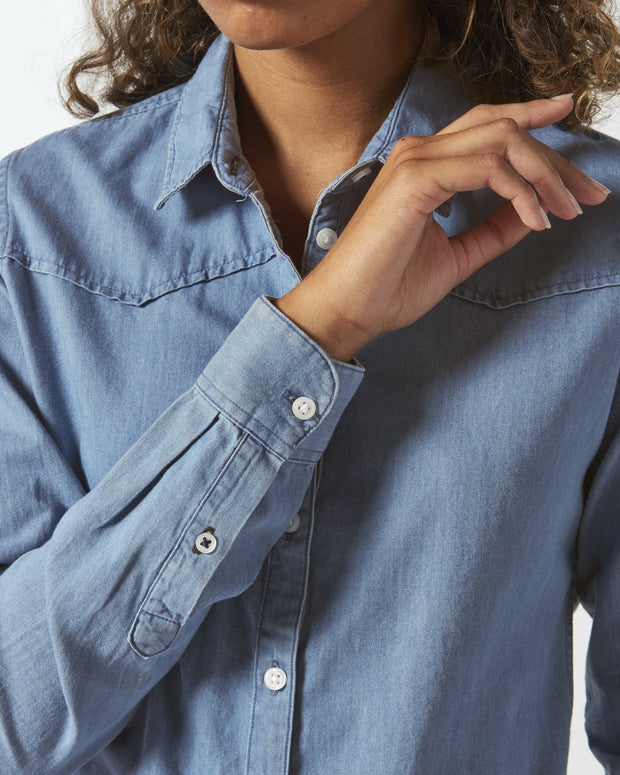 Jeansbluse in Light Indigo Denim - Juniper & Moon