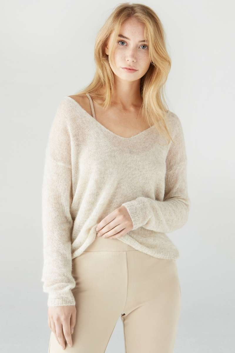 The sweater with deep V-neck made of fine alpaca