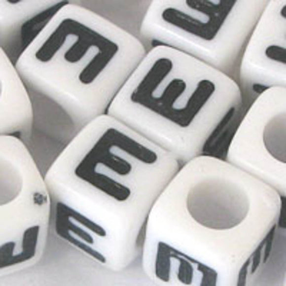 Plas 7mm cube black/white letter E 20pcs