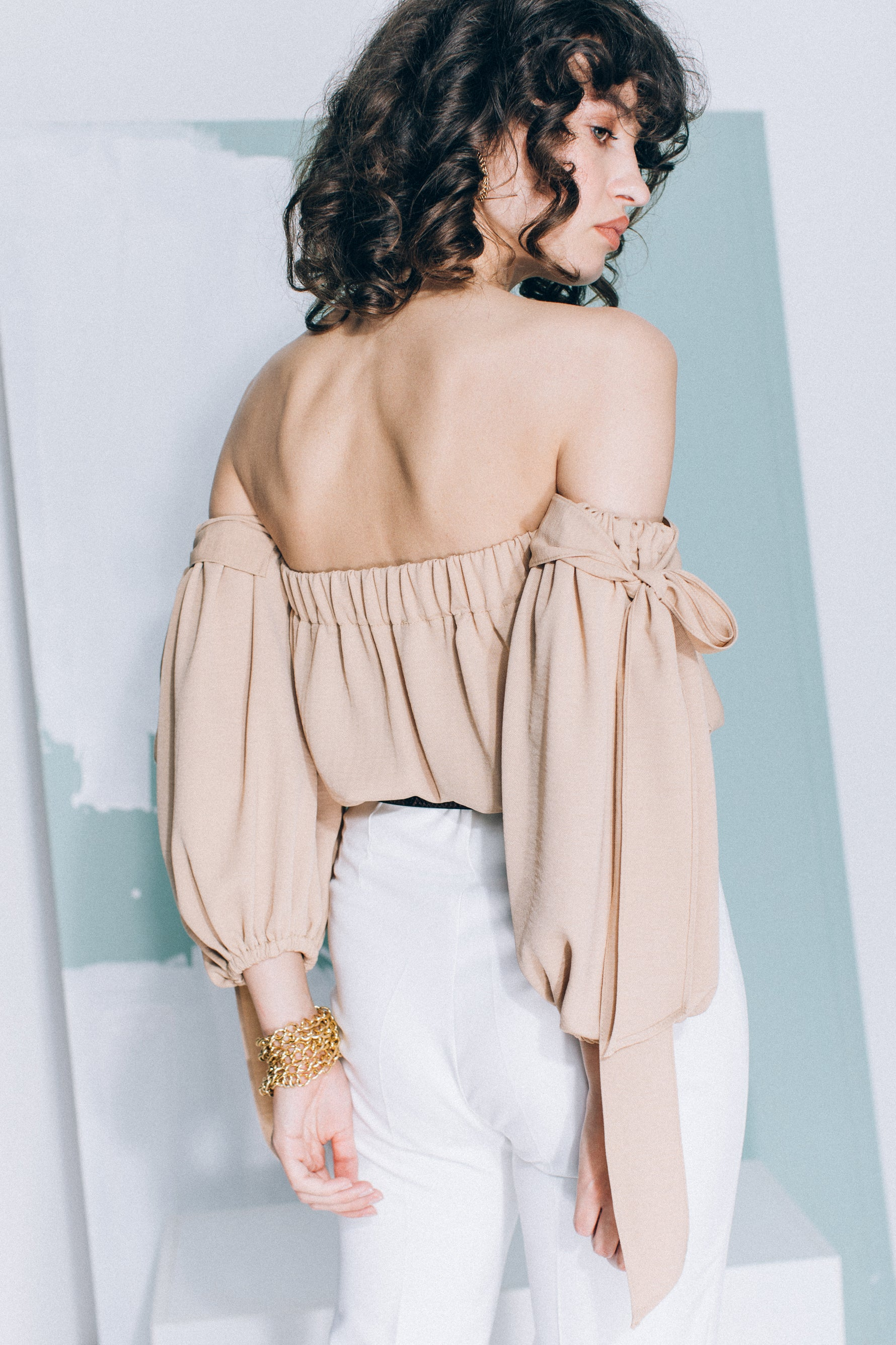 Camel top with bows on the sleeves