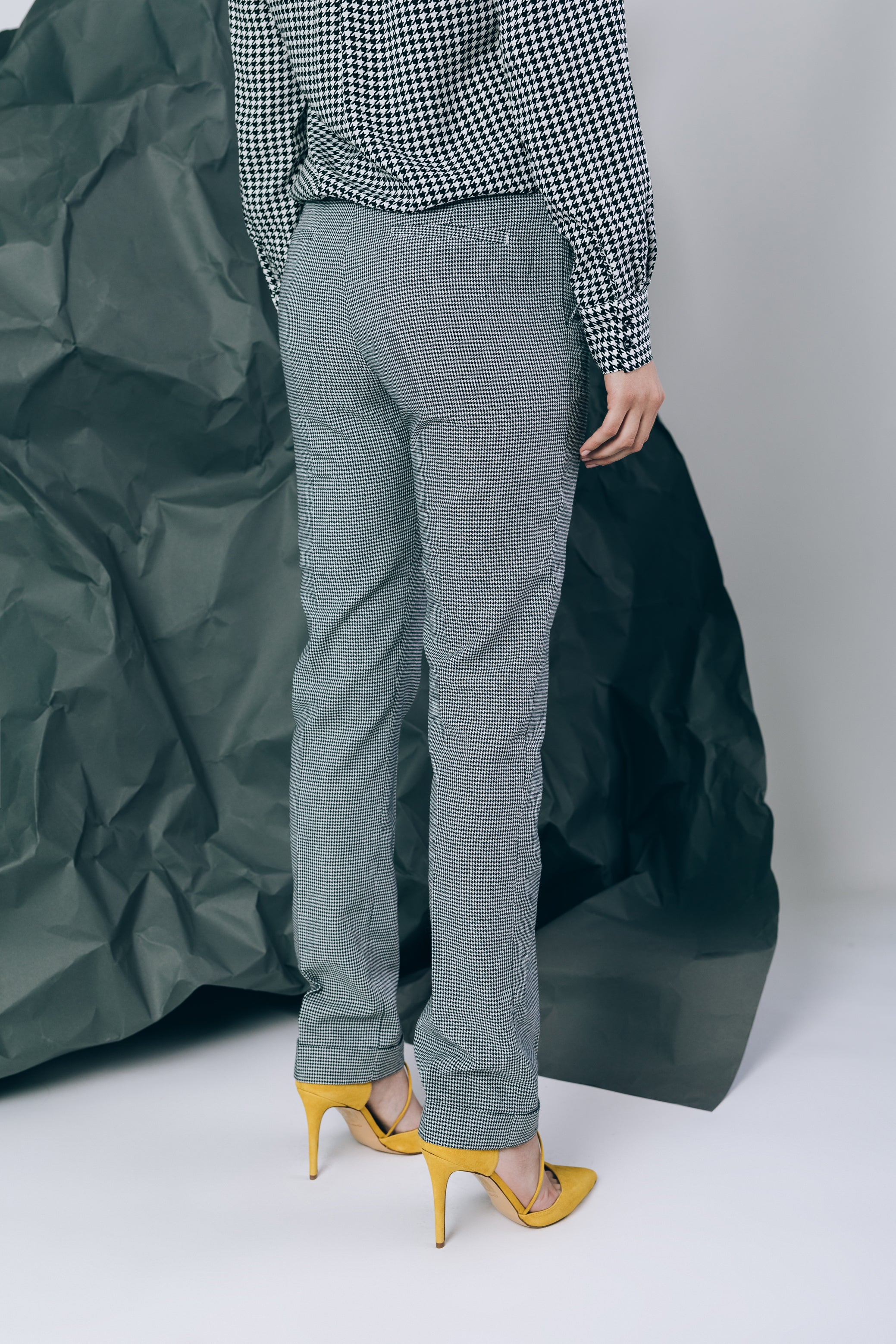 Mid-waist straight leg trousers in houndstooth print