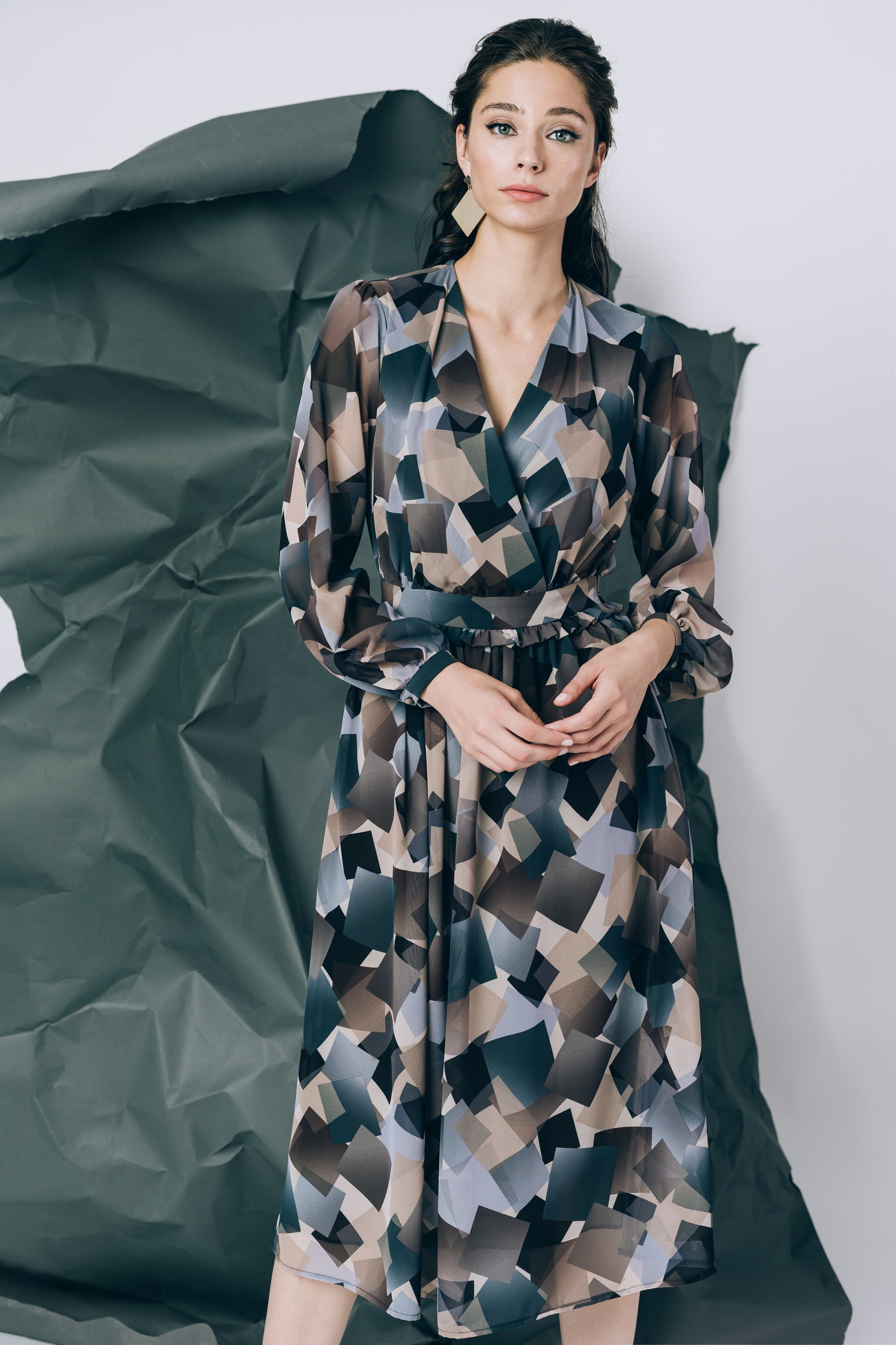 V-neck mid lenth dress in geometrical brown print