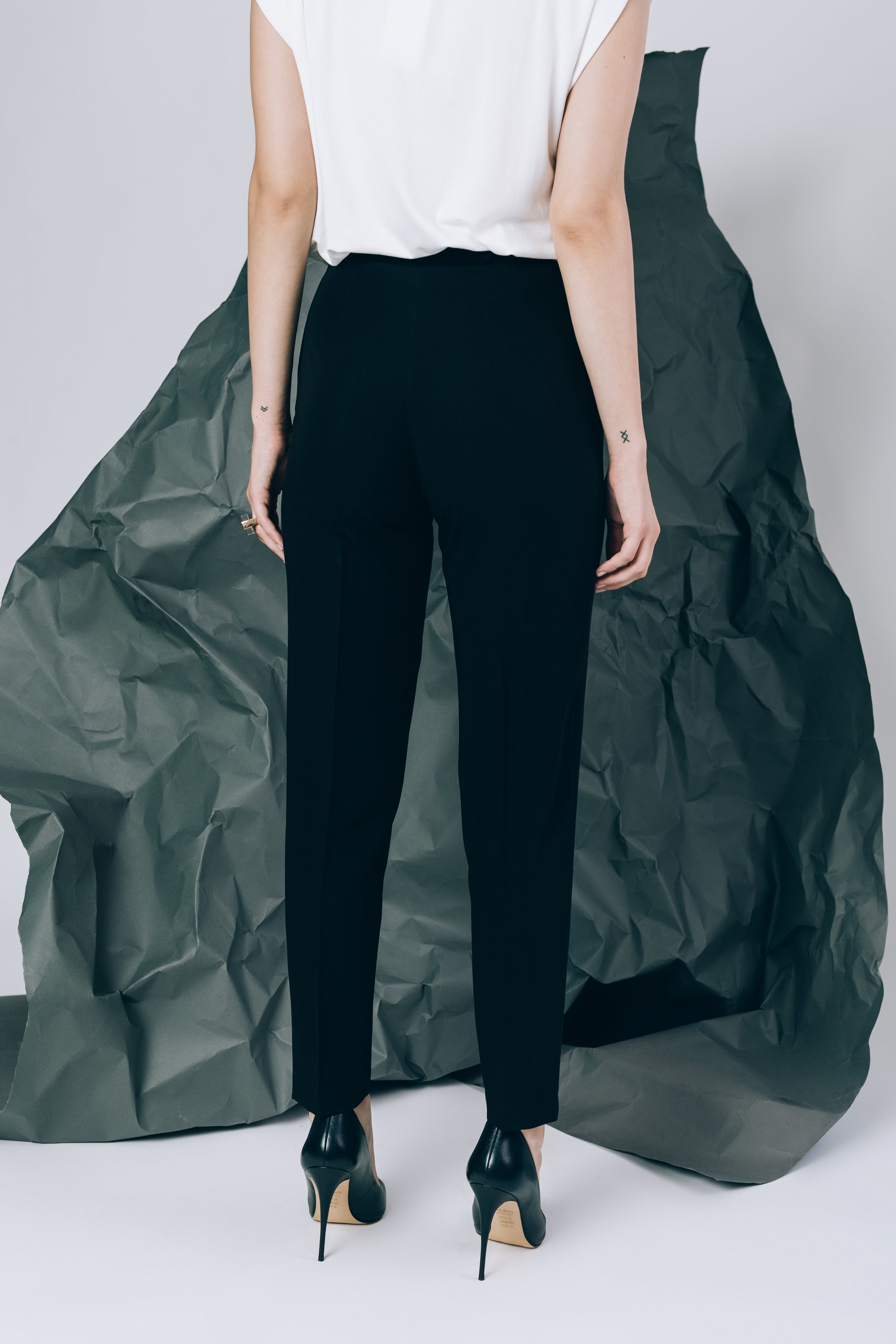 High-waist trousers with pockets